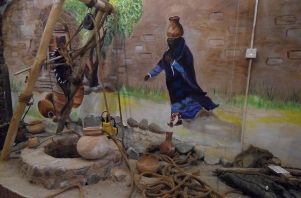 Display in the Fujairah Museum depicts a traditional women at a well to drawn water